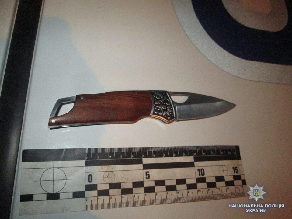 Уночі полісмени знайшли у перехожого за поясом пістолет, а у кишенях чотири ножі (Фото)