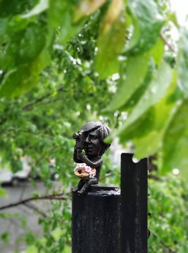 Причепурили до свята: Ужгородські міні-скульптурки прикрасили великодніми кошиками з сакурами (ФОТО), фото-2