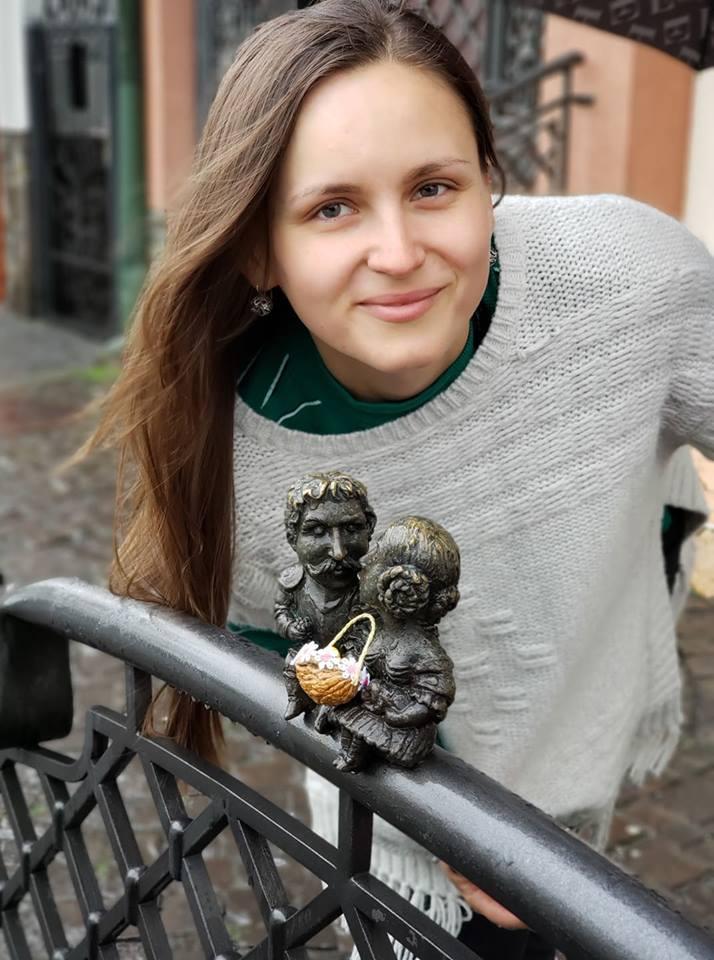 Причепурили до свята: Ужгородські міні-скульптурки прикрасили великодніми кошиками з сакурами (ФОТО), фото-1