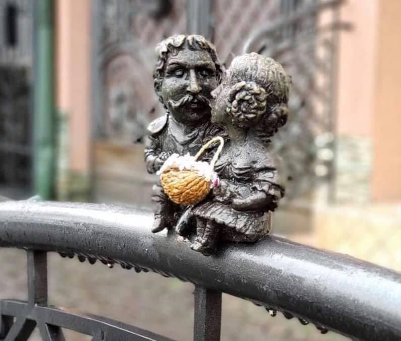 Причепурили до свята: Ужгородські міні-скульптурки прикрасили великодніми кошиками з сакурами (ФОТО), фото-3